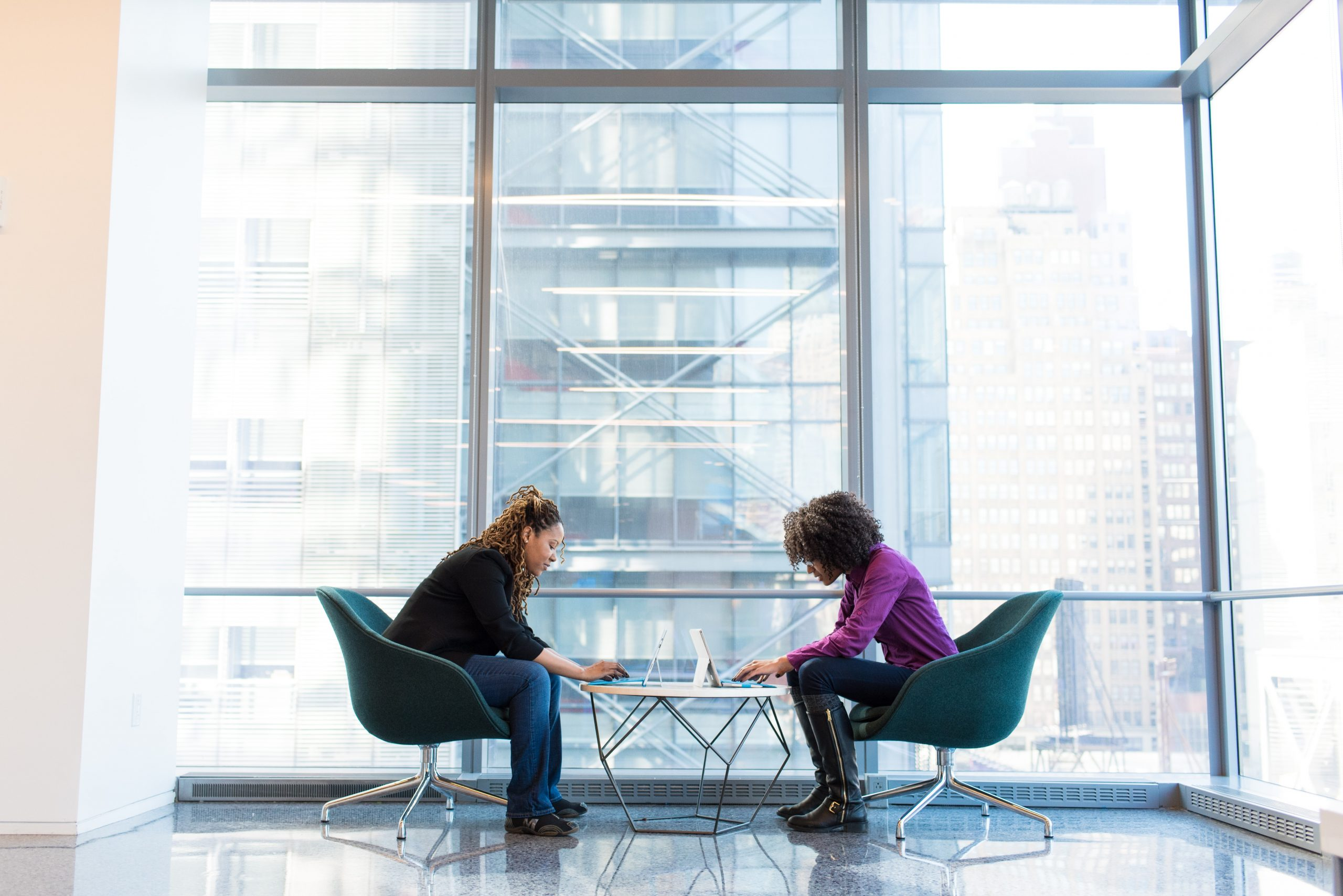Two women discussing The balancing act: a price that combines the commitment of retainers with the flexibility of project-based work